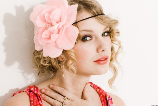 Taylor Swift With Pink Rose On Head